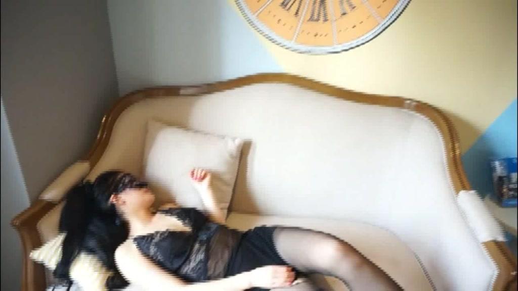 沙发上被操的受不了又被拉到床上继续干