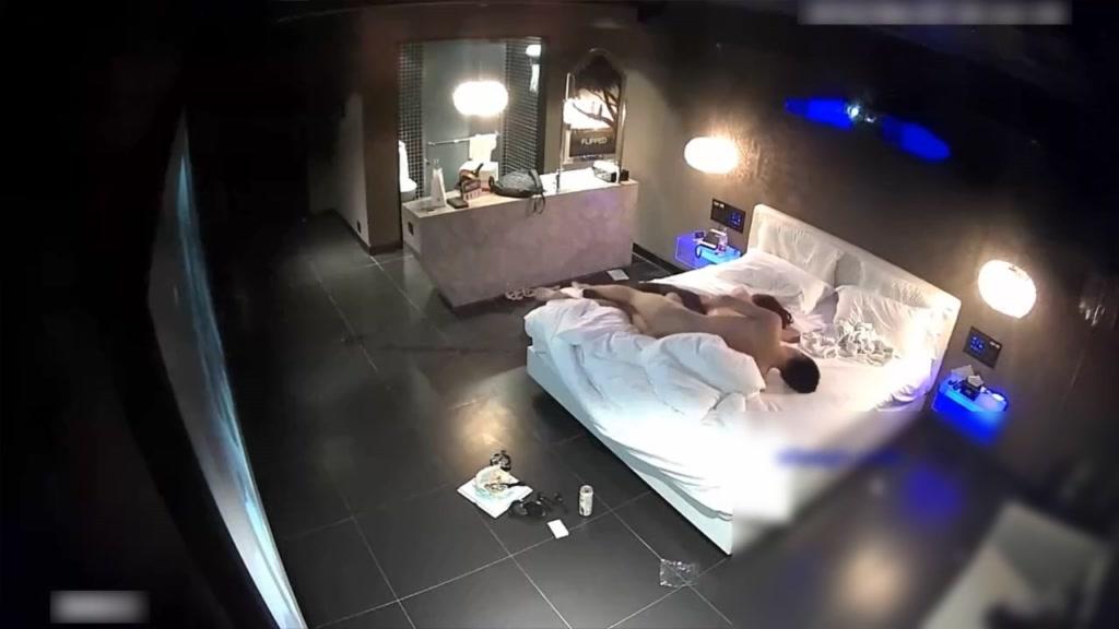 美女被男友各种姿势从床上搞到卫生间又搞到床上